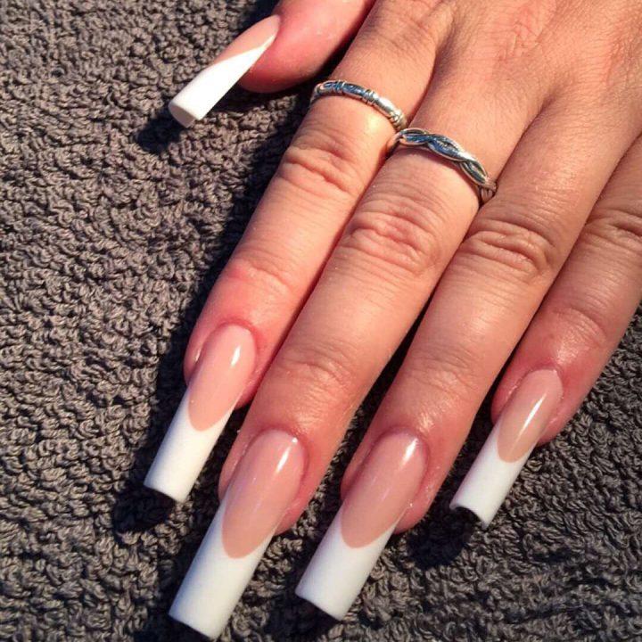 Классический французкий маникюр на длинных ногтях острой квадратной формы.