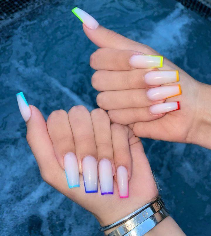 Цветной френч с молочным покрытием на длинных ногтях.