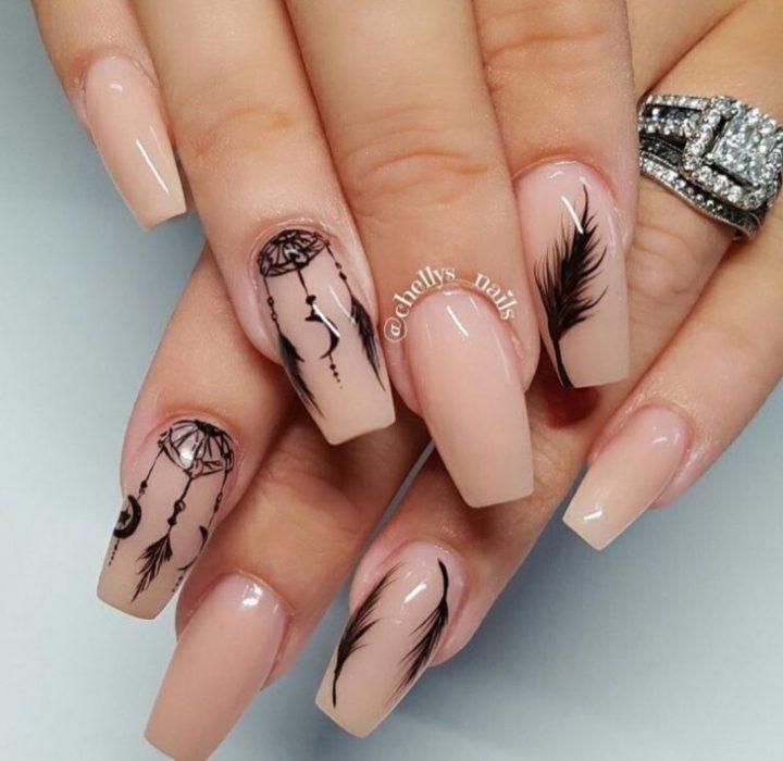 Маникюр бежевый с рисунком ловец снов, перья на ногтях квадратной формы длинные.