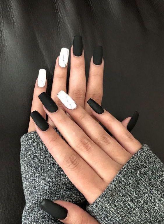 Мраморный маникюр и матовое черное покрытие на квадратных длинных ногтях.