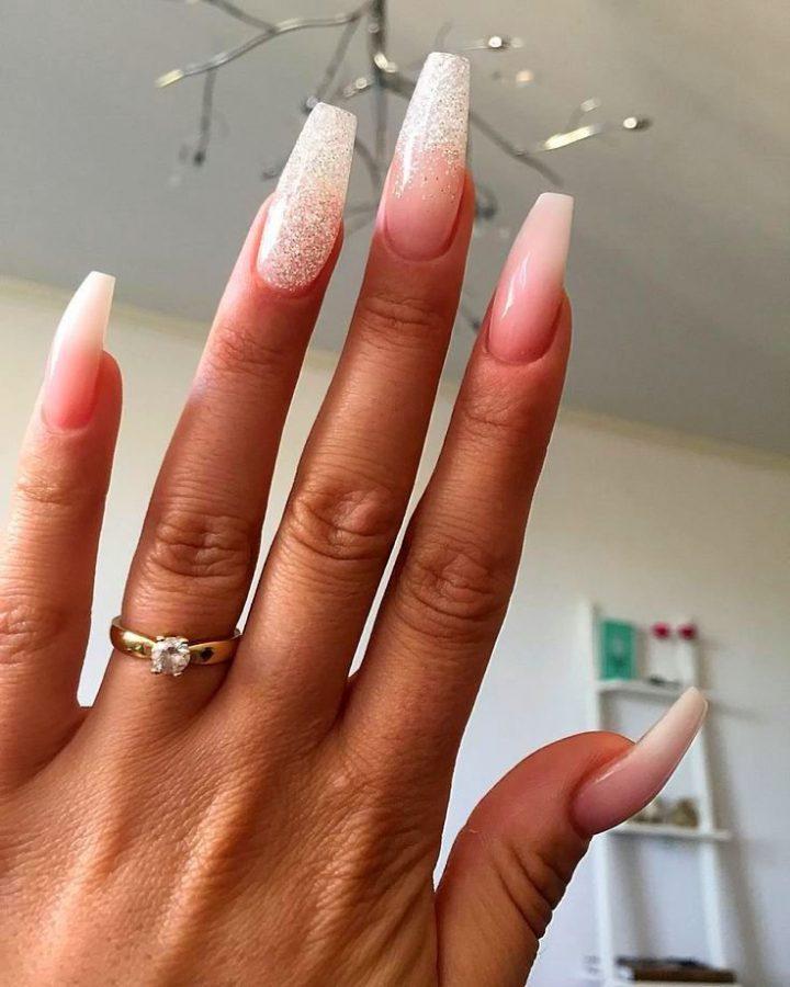 Нежный маникюр на длинные ногти с блестками.