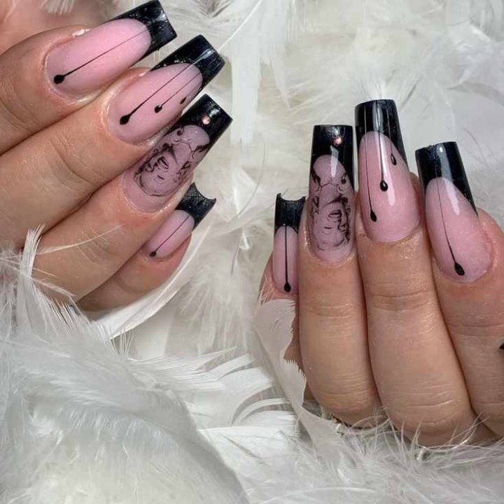 Черный френч с дизайн-слайдерами Мерелин Монро на ногтях острой квадратной формы.