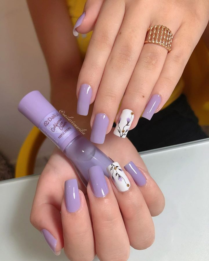 Лавандовый маникюр с фиолетовыми цветами на ногтях квадратной формы.