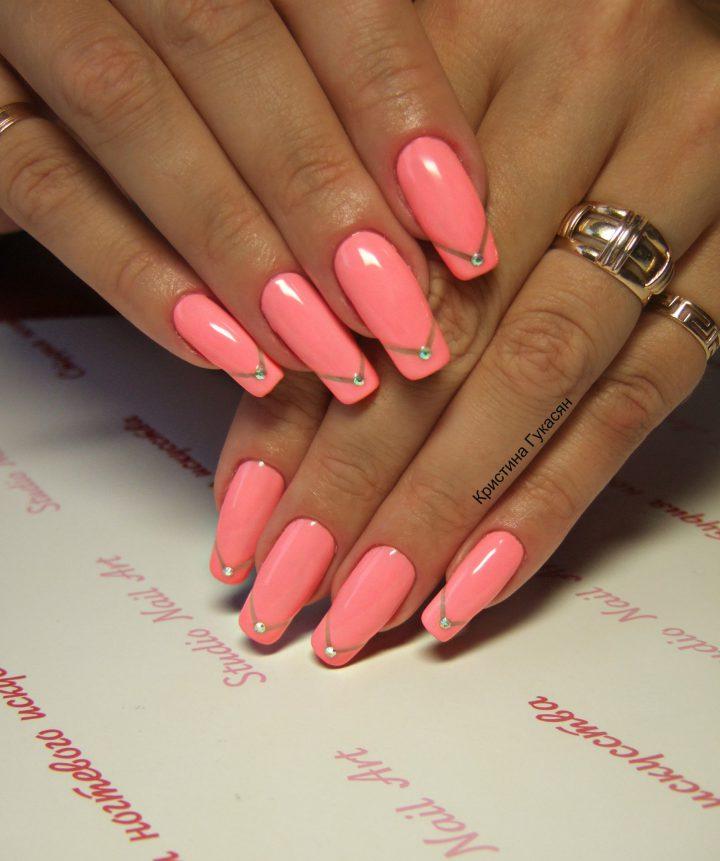 Розовое глянцевое покрытие гель лак с стразами на каждом ногте.