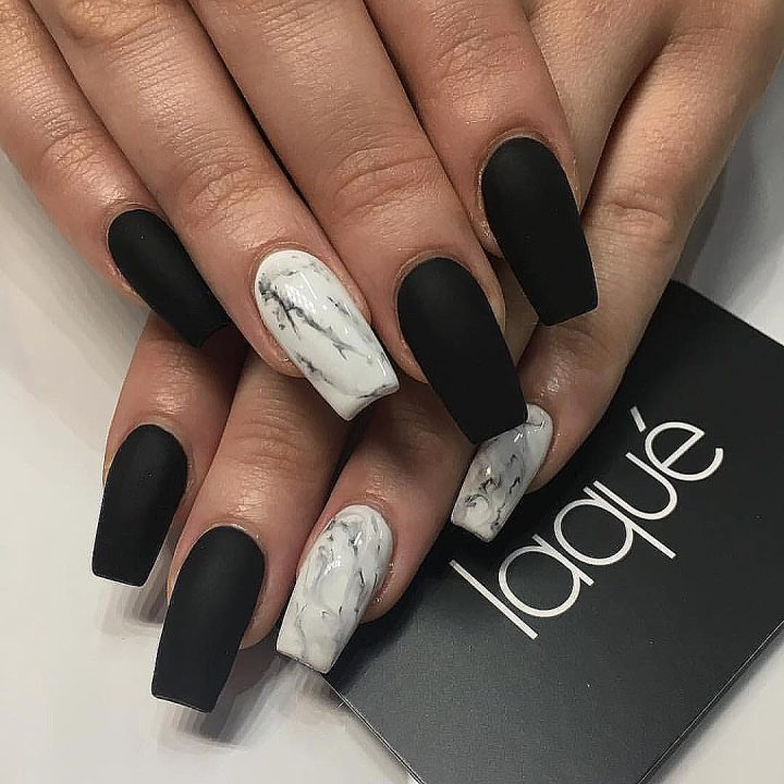Матовый черный маникюр,мраморный дизайн ногтей квадратной формы.