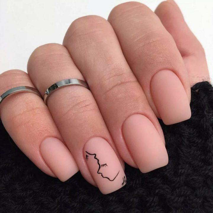Красивый матовый бежевый маникюр с рисунком на квадратных ногтях средней длины.