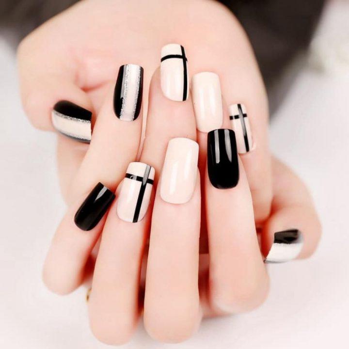 Черный белый маникюр с серебром на квадратных ногтях.