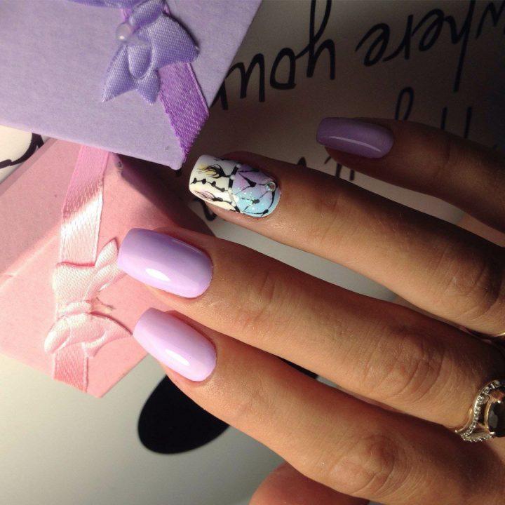 Романтичный маникюр в сиреневых тонах на ногтях средней длины с рисунком ловец снов.