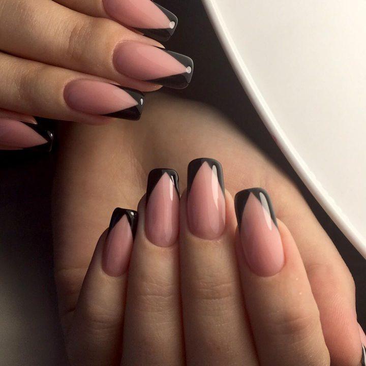 Французский маникюр в черном цвете на длинных квадратных ногтях.
