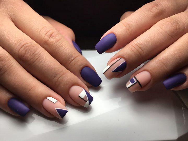 Синий матовый маникюр на ногтях средней длины квадратной формы.