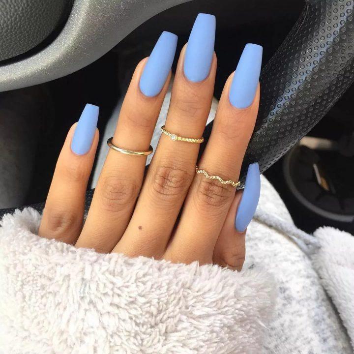 Красивый голубой матовый маникюр на длинных ногтях квадратной формы.