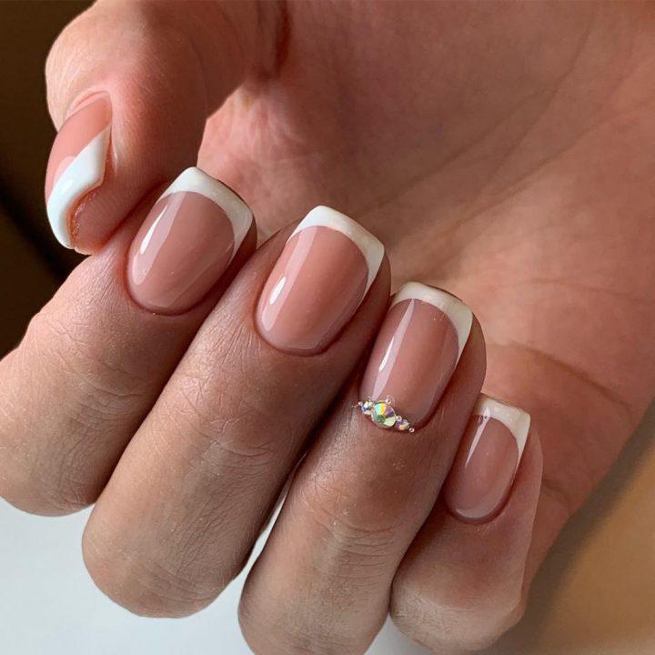 Нежный свадебный маникюр невесты на короткие ногти.