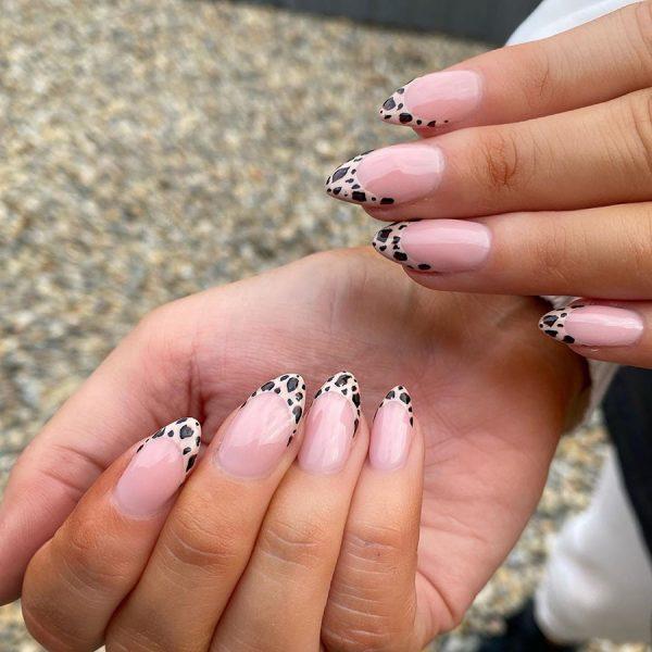 Интересный пятнистый френч на ногтях короткой длины форма миндаль.