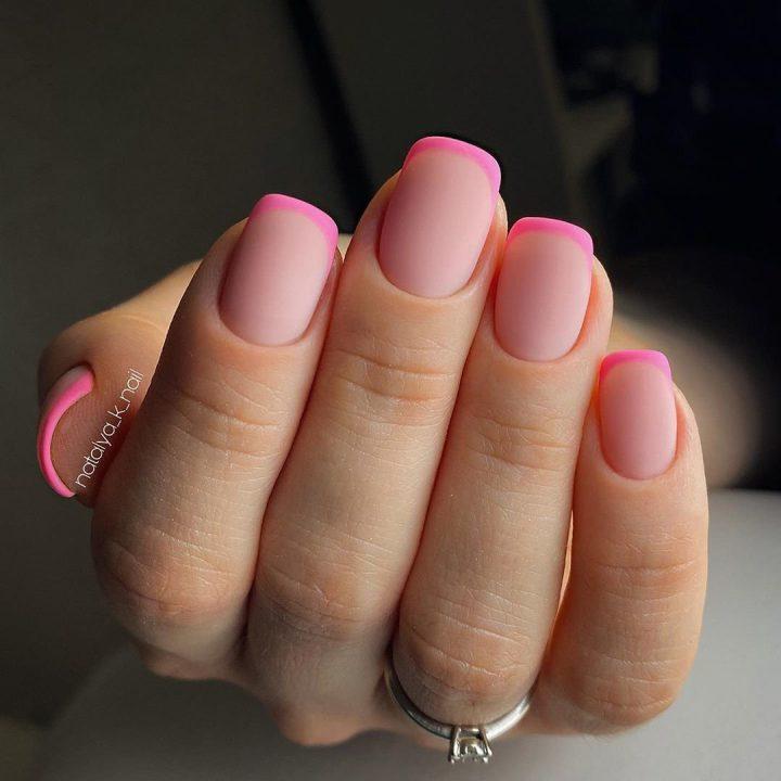Розовый матовый френч на коротких ногтях квадратной формы.