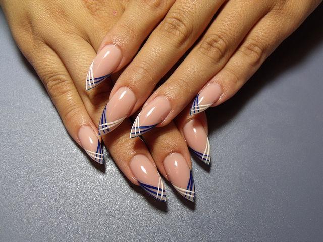 Оригинальный френч тонкими полосками синие и белые на остроконечных ногтях.