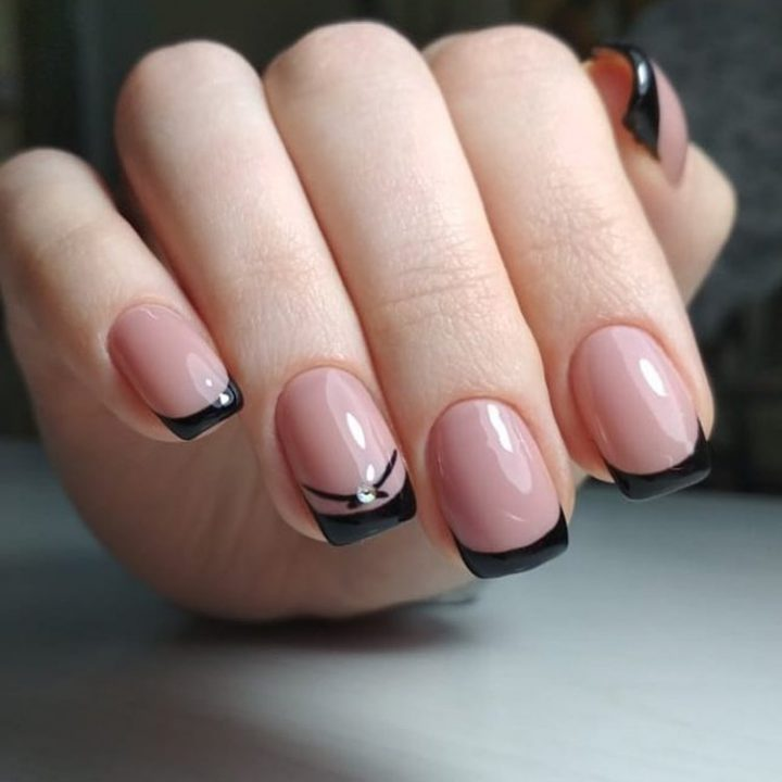 Французский черный маникюр на коротких ногтях с стразами.