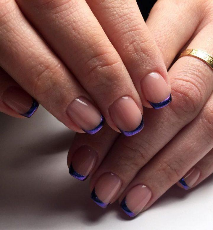 Французский маникюр цветной с блесками на коротких ногтях.