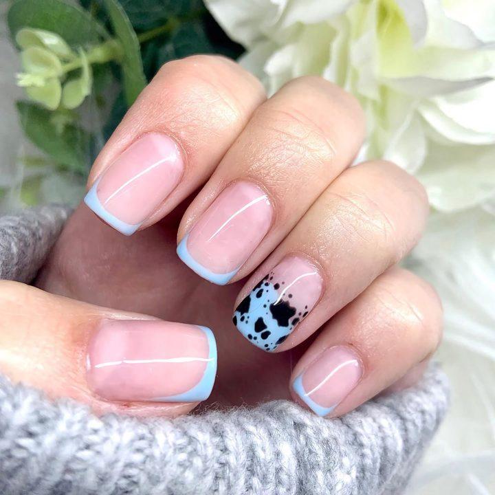 Модный цветной френч с интересным рисунком на коротких ногтях квадратной формы.