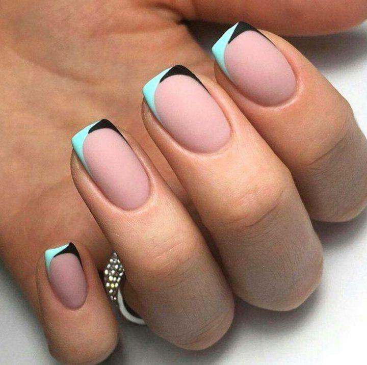 Матовый комбинированный цветной френч на коротких квадратных ногтях.