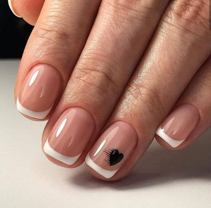 Классический френч на коротких ногтях квадратной формы с рисунком черное сердечко.