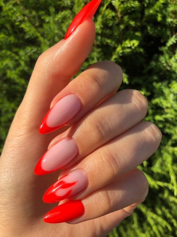 Ярко красный френч на длиных заостренных ногтях с рисунком огня.