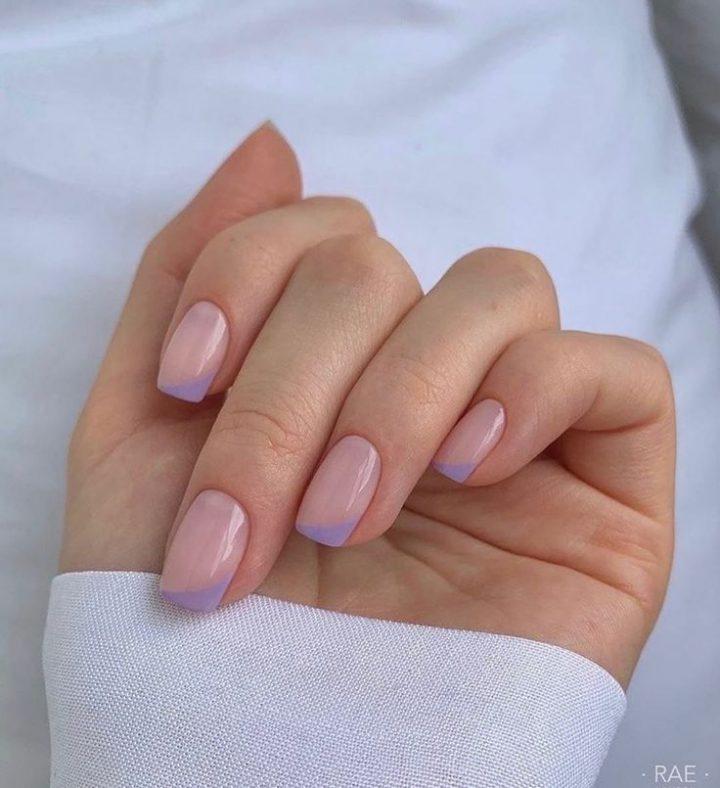 Необычный цветной френч на коротких ногтях квадратной формы.