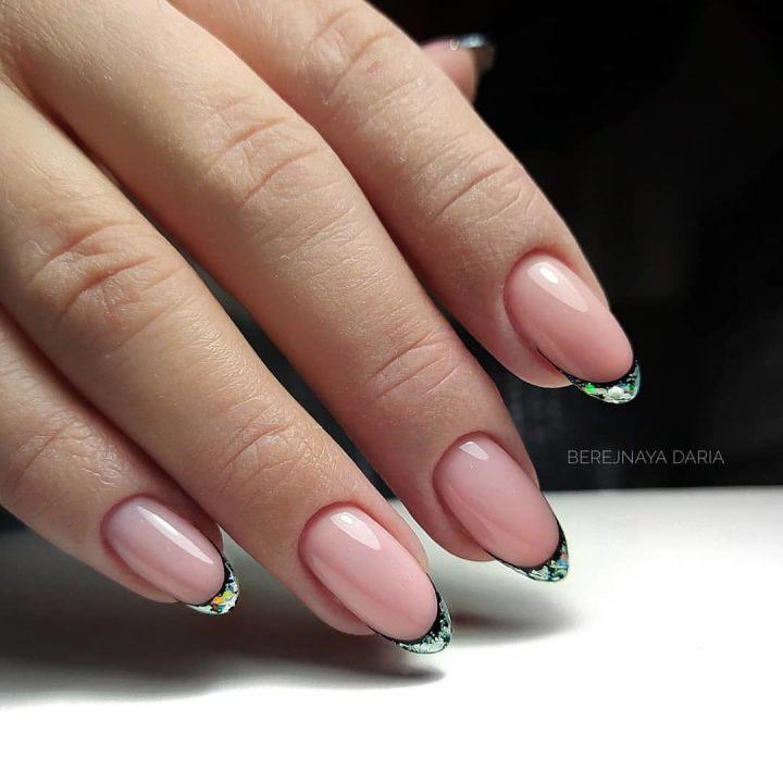 Французкий маникюр на миндальных ногтях в технике битое стекло.