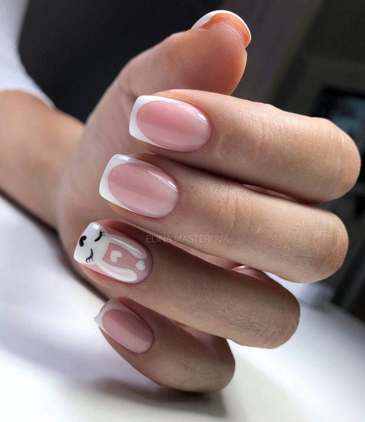 Оригинальный френч на короткие ногти с милым рисунком.