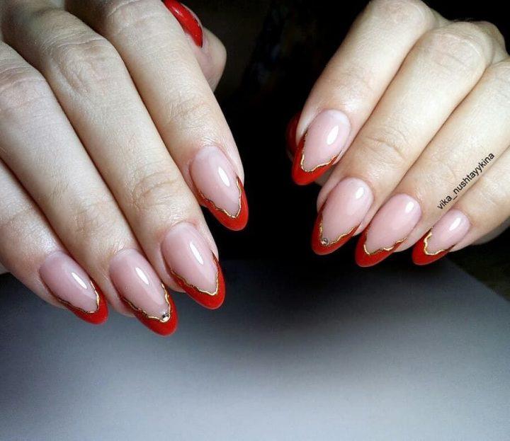 Финурный красный френч с золотом на красивых ногтях.