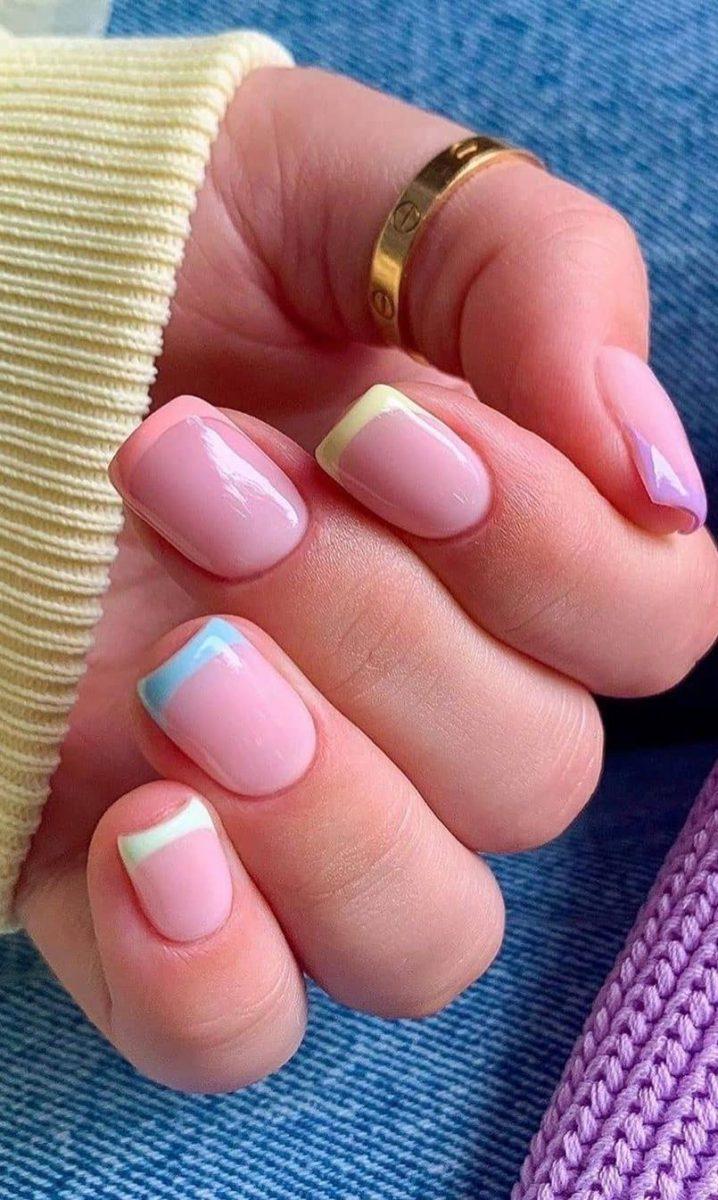 Нежный цветной французский маникюр на квадратные короткие ногти.