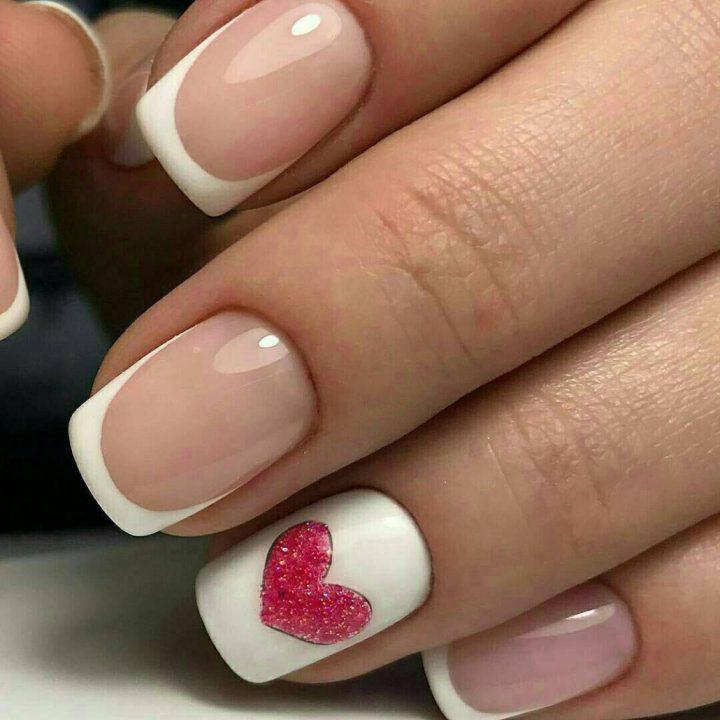 Красивый френч на короткие ногти с рисунком на безымянном ногте - сердечко блестками.