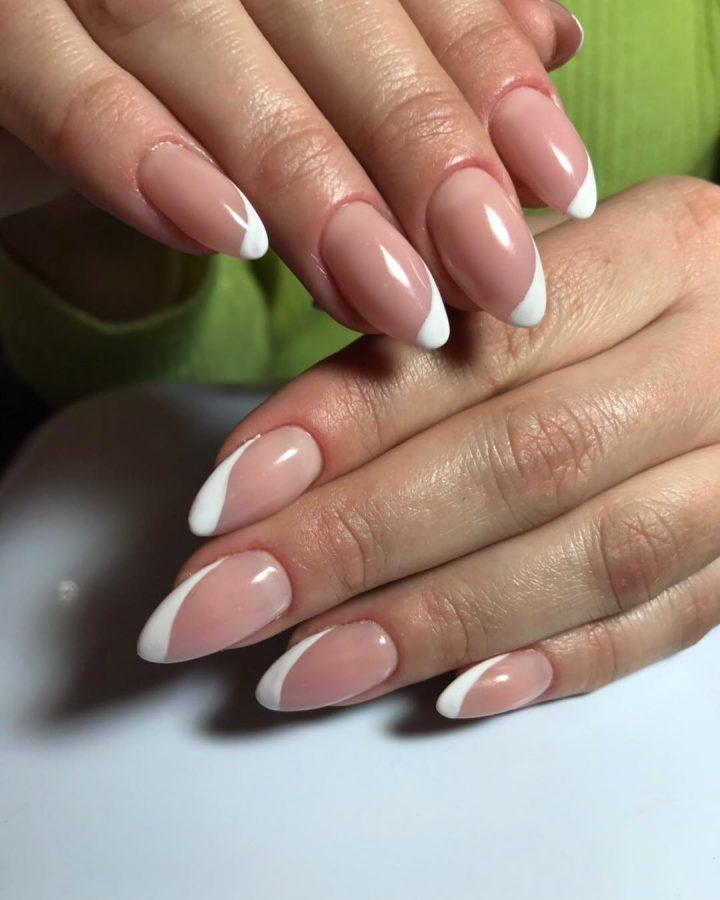 Фигурный френч, классический белый на ногтях средней длины.