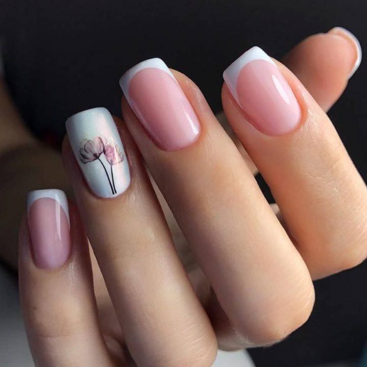 Маникюр френч нежный на квадратные ногти с рисунком акварельные цветы.