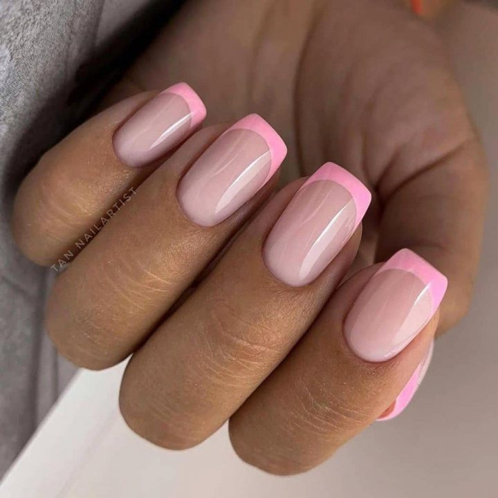 Французский маникюр розовый на ногти квадратной формы.