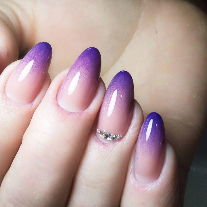 Маникюр френч напыление фиолетовый.