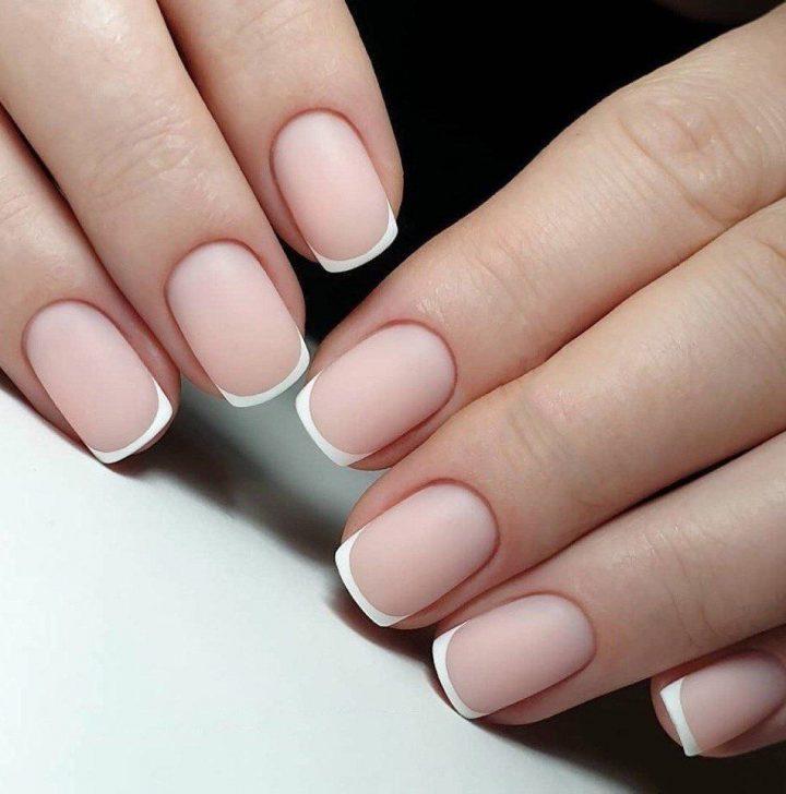 Простой и стильный матовый френч на коротких ногтях.