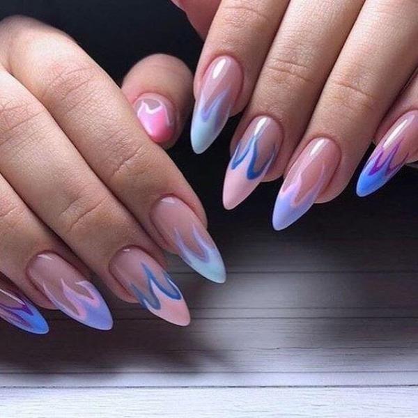 Цветной френч пламя в синих розовых цветах на длинных ногтях формы миндаль.