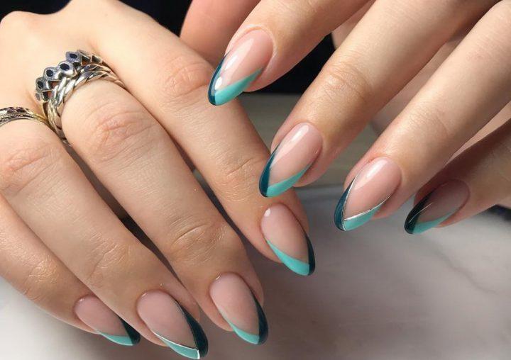 Френч двух цветов треугольный на ногтях миндалевидной формы.