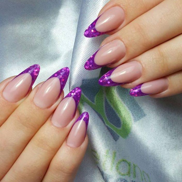 Модный френч, тренд фиолетовый, блестки, гель лак маникюр на длинных ногтях.