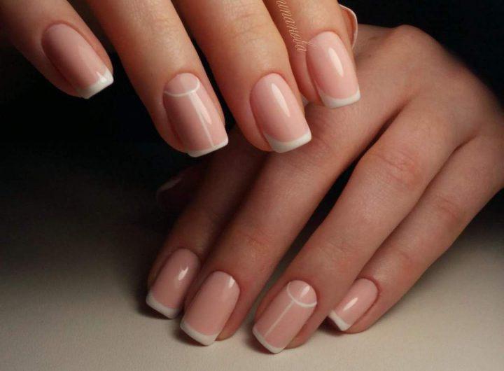 Французский лунный маникюр на короткие ногти квадратной формы.