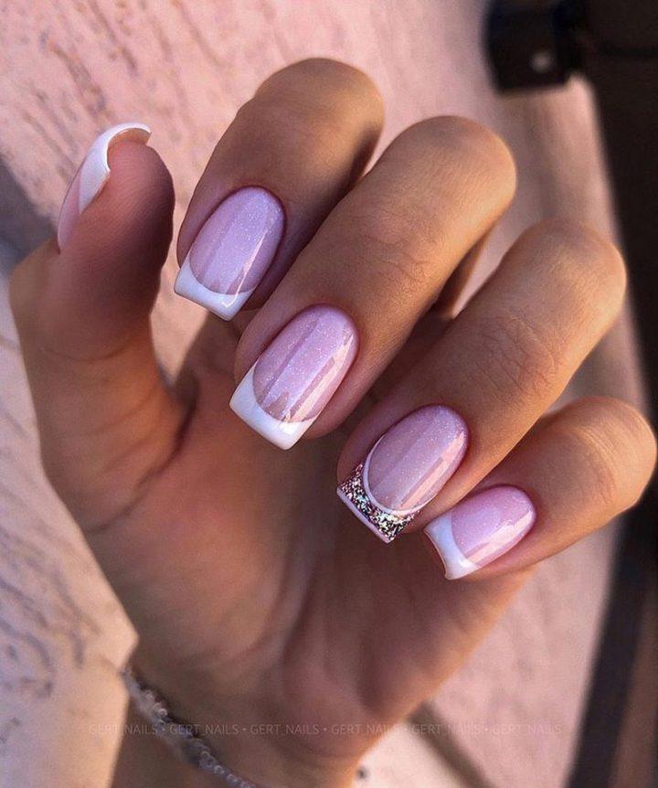 Аккуратный френч на ногтях острой прямоугольной формы с серебряными блестками.