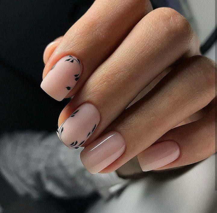 Красивое сочитание матового и глянцевого гель лака и красивые черные ветчки на ногтях прямоугольной формы.