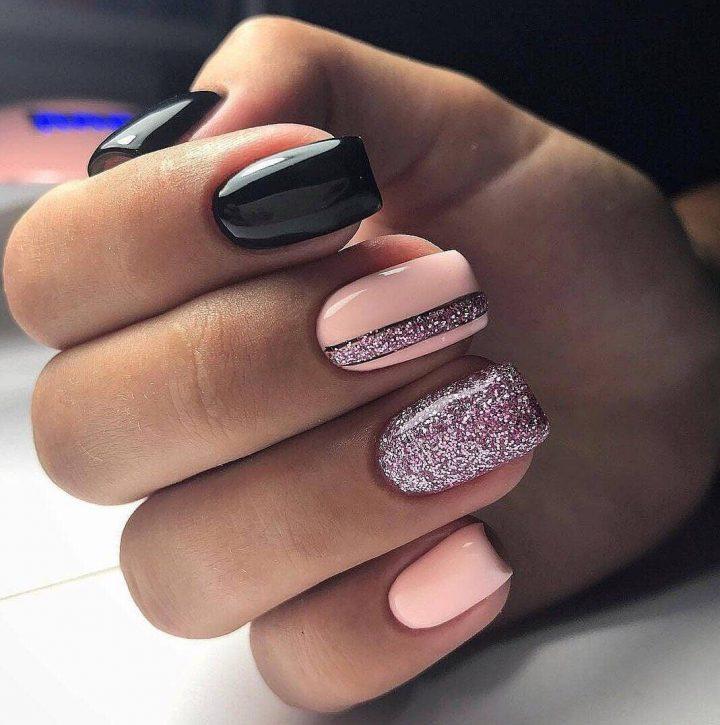 Стильный маникюр на ногтях с блестками, черный гель-лак, бежевый лак.