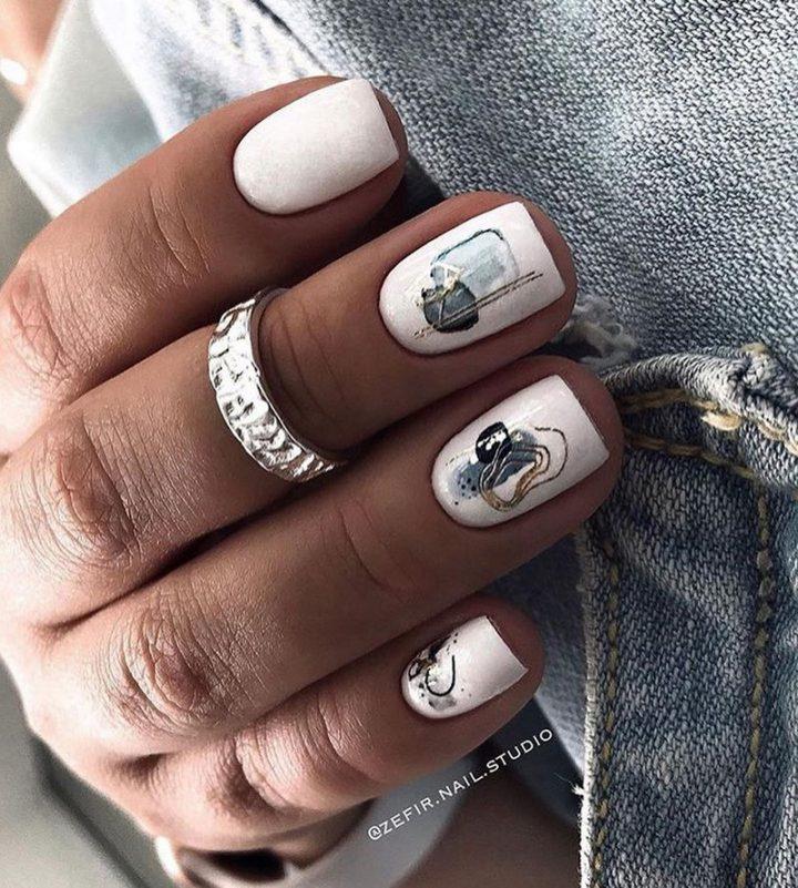 Белый маникюр с нейл-слайдерами на ногтях квадрат.