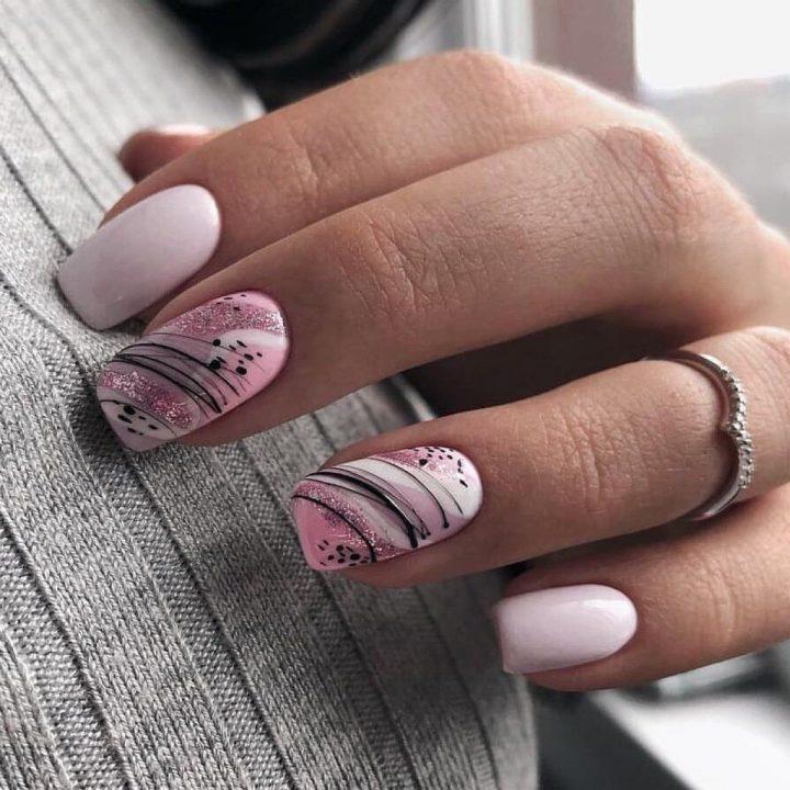 Актуальный маникюр с рисунком на прямоугольных ногтях.