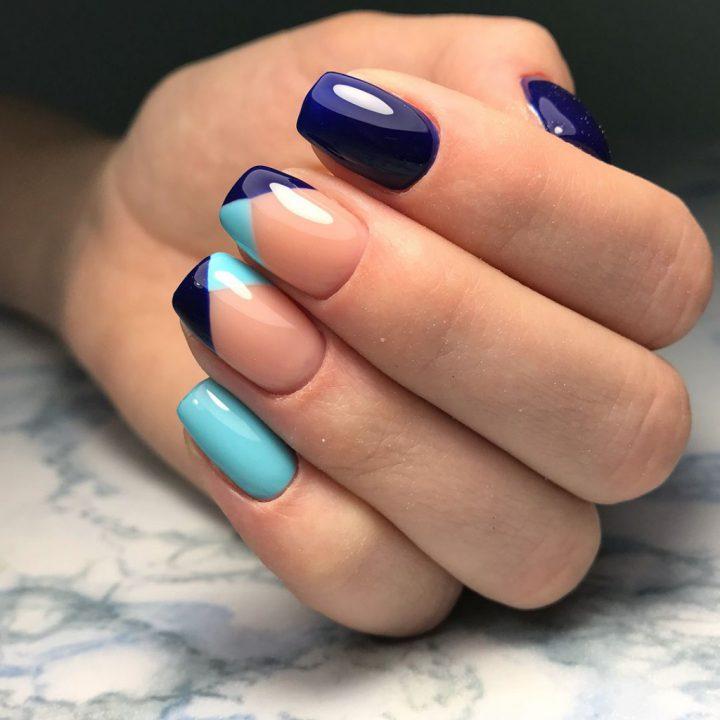 Маникюр на квадратные ногти цветной френч синий цвет.