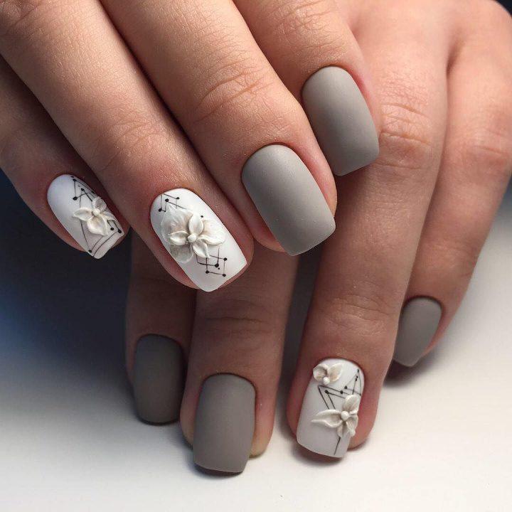 Красивый матовый маникюр с техникой акриловая лепка на ногтях квадратной формы.