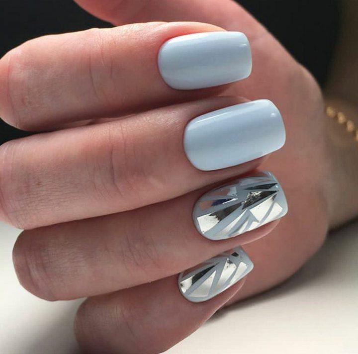 Пастельный маникюр в серо-голубом цвете с техникой битое стекло.
