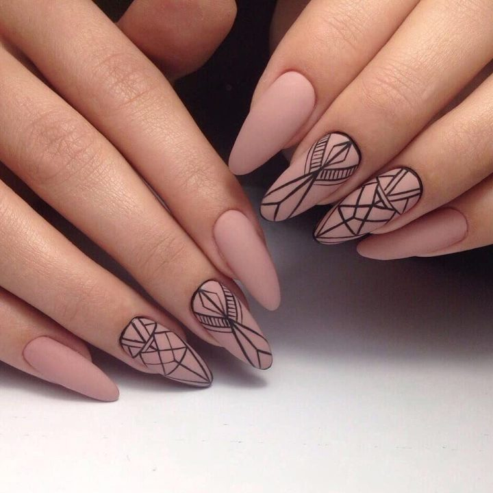 Стильная геометрия на матовых бежевых ногтях.