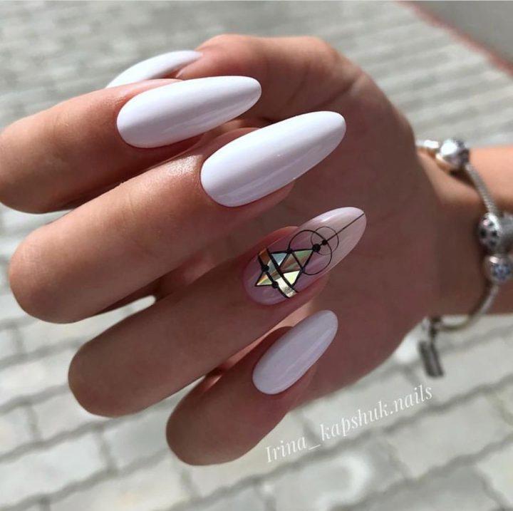 Космическая геометрия на удлиненных ногтях в форме миндаль.